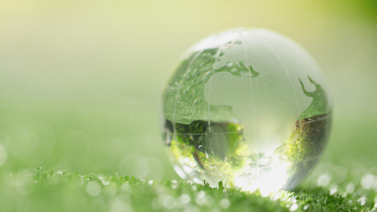 https://www.danielarondinelli.it/wp-content/uploads/2020/10/close-up-crystal-globe-resting-grass-forest-scaled-e1603365221735-1280x720.jpg