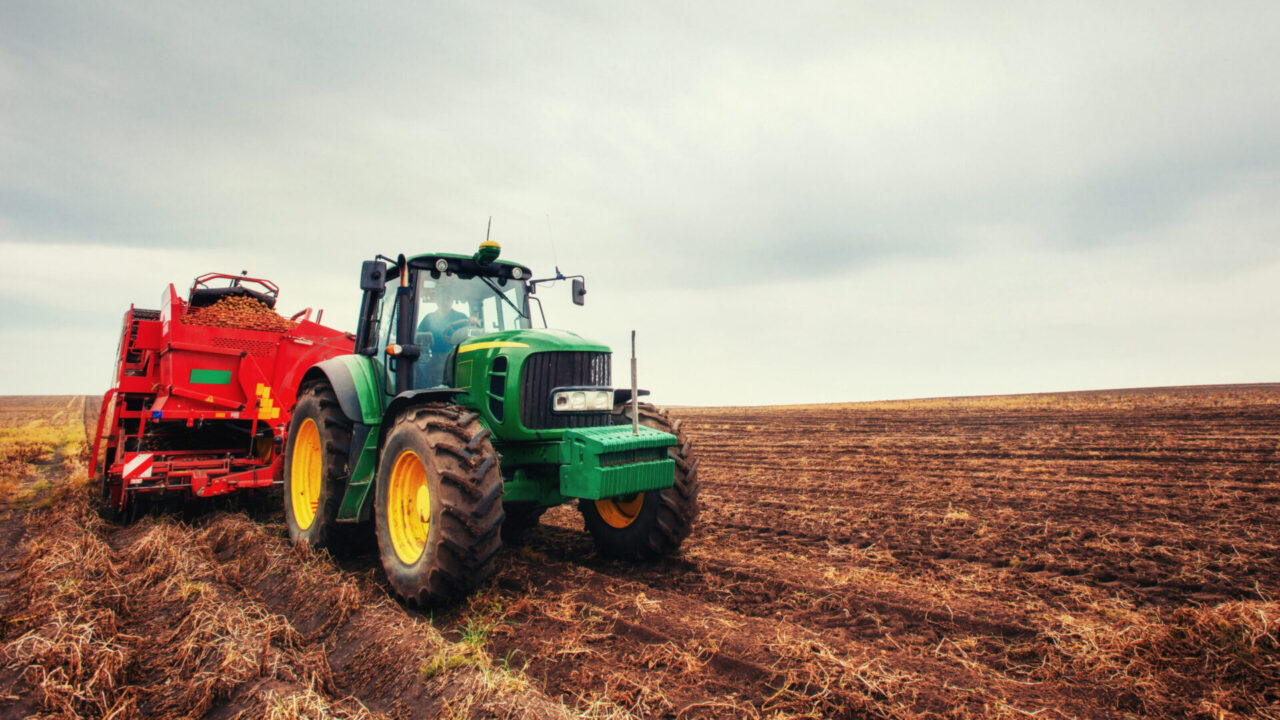 https://www.danielarondinelli.it/wp-content/uploads/2020/10/tractor-plowing-farm-field-in-preparation-for-spring-planting-scaled-e1603111714333-1280x720.jpg